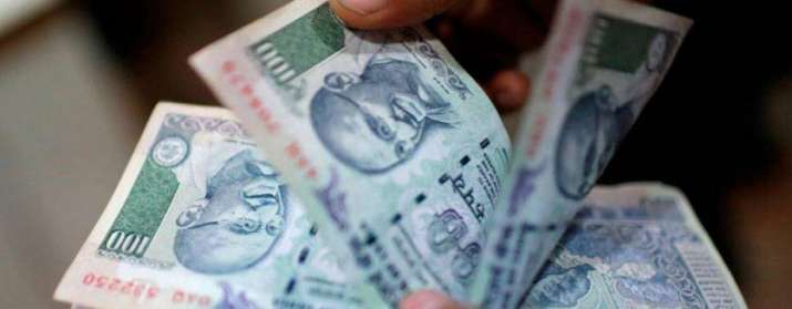 एक अमेरिकी डॉलर के मुकाबले भारतीय रुपया सोमवार को 7 पैसा कमजोर होकर 64.65 पर खुला- India TV Paisa