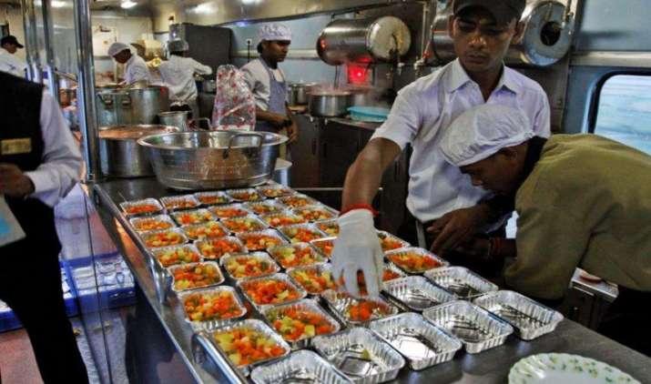 सावधान: इंसानों के खाने के योग्य नहीं है ट्रेन का खाना, सीएजी की रिपोर्ट में हुआ खुलासा- India TV Paisa