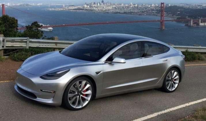 Tesla ने अपने ग्राहकों को सौंपी मॉडल-3 कार, खासियतों से भरी यह कार एक बार चार्ज होने पर चलेगी 500 किमी- IndiaTV Paisa
