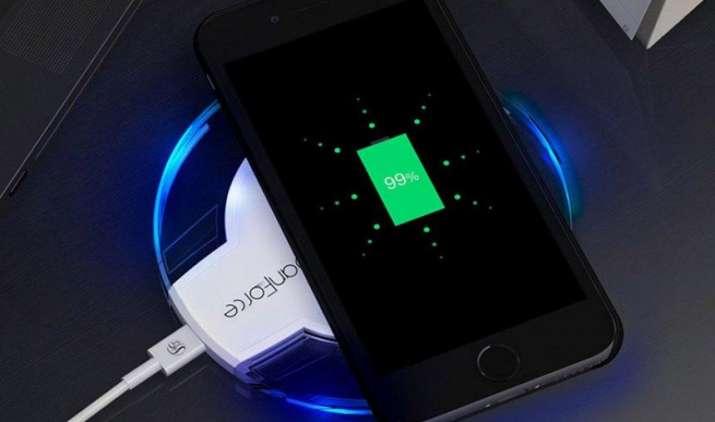 आईफोन 8 में होगा वायरलेस चार्जिग फीचर, दूसरे डिवाइसों के लिए एप्पल लॉन्च करेगा मैजिक कनेक्टर- India TV Paisa