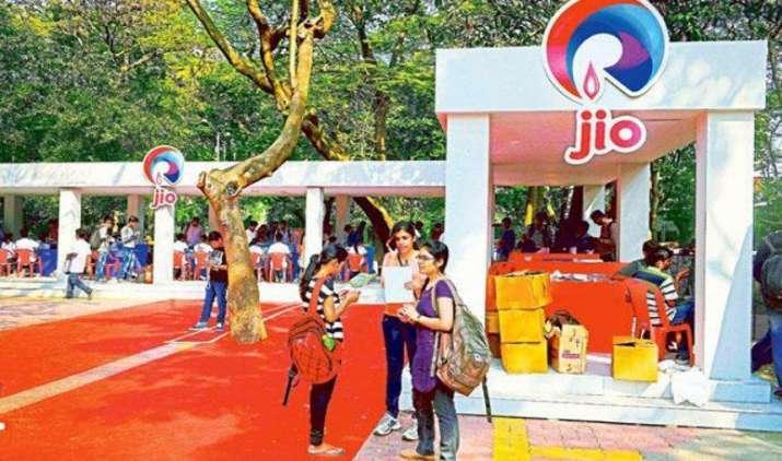 रिलायंस जियो के फ्री ऑफर्स से टेलीकॉम कंपनियों की कमाई 20 प्रतिशत घटी, आउटलुक हुआ निगेटिव- IndiaTV Paisa