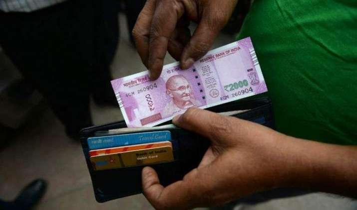 ATM मशीनों को छोटे नोट निकालने लायक बनाने में जुटे बैंक, 2000 का नोट बंद होने का शक- India TV Paisa