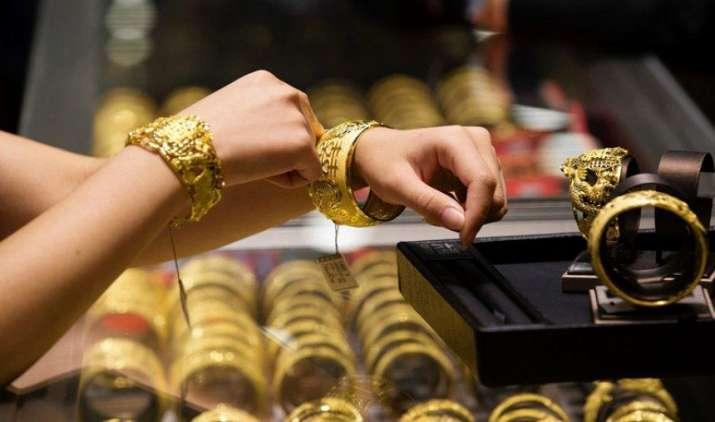 Gold हुआ Bowled! 7 दिनों में 1050 रुपए सस्ता हुआ सोना, चांदी की कीमतों में 2120 रुपए की भारी गिरावट- India TV Paisa