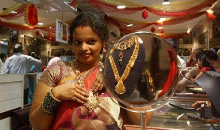 सोना 29 हजार के नीचे फिसला, कमजोर मांग और ग्लोबल संकेत से चांदी में 180 रुपए की गिरावट- IndiaTV Paisa