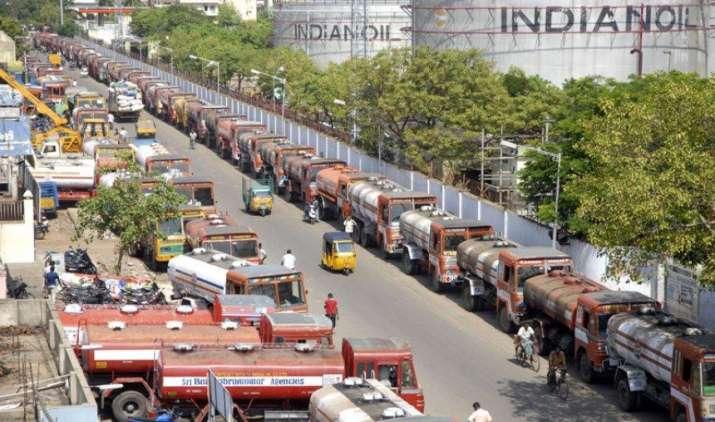 न्यूनतम मजदूरी की मांग पर तेल टैंकर वालों की अनिश्चितकालीन हड़ताल, पेट्रोल-डीजल की हो सकती है किल्लत- India TV Paisa