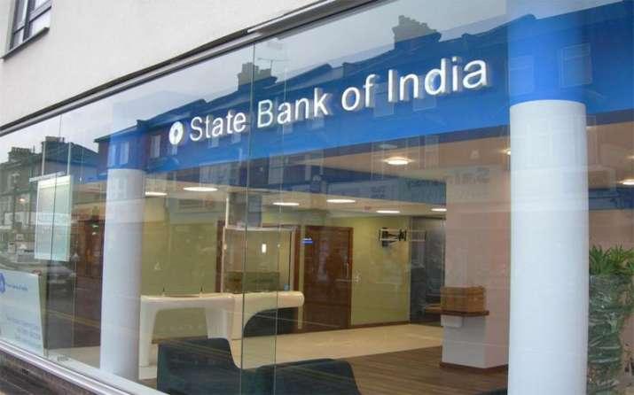 SBI ने अपने ग्राहकों को दिया बड़ा झटका, बचत खाते की जमा दरों में की 0.5% की कटौती- India TV Paisa