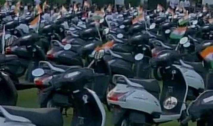 सूरत के एक हीरा कारोबारी ने कर्मचारियों को दिया बड़ा तोहफा, 125 इम्प्लॉइज को गिफ्ट में दिए स्कूटर- India TV Paisa