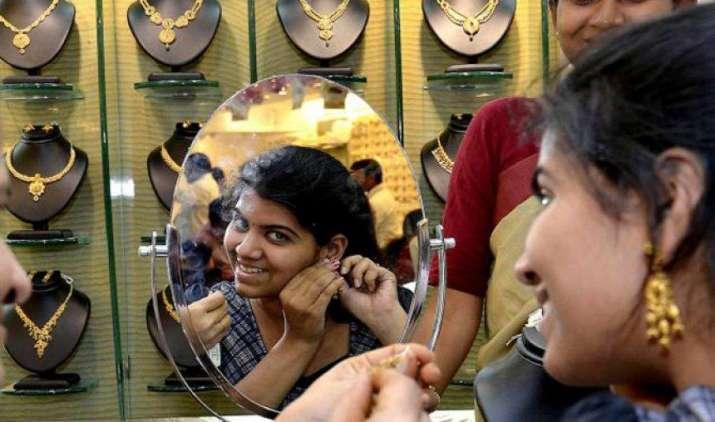 GST लागू होने के बाद महंगा हुआ सोना, शनिवार को चांदी के भाव 565 रुपए बढ़े- India TV Paisa