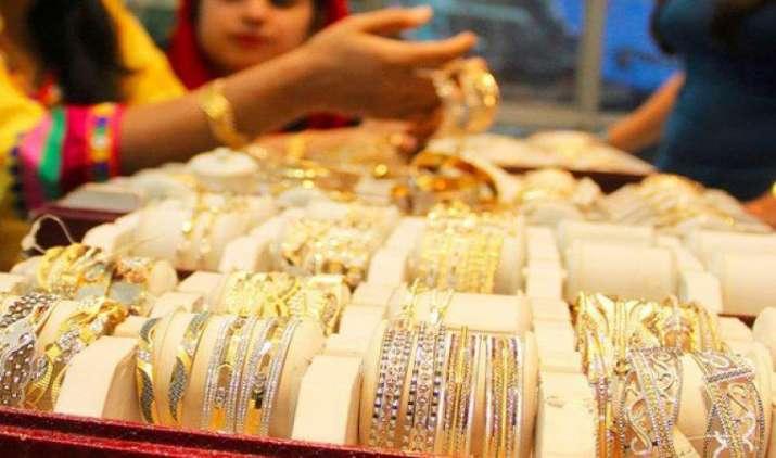 सोने की मांग घटने से कीमतों में गिरावट, चांदी 43 हजार के नीचे फिसली- India TV Paisa