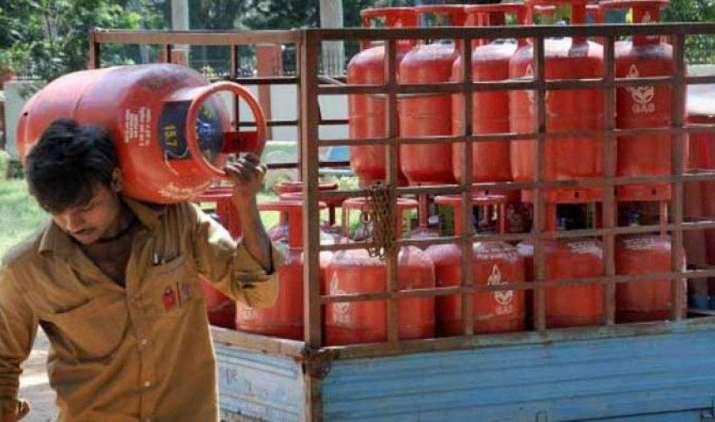 GST लागू होने के बाद महंगा हुआ रसोई गैस सिलेंडर, जानिए कितने बढ़े दाम- India TV Paisa
