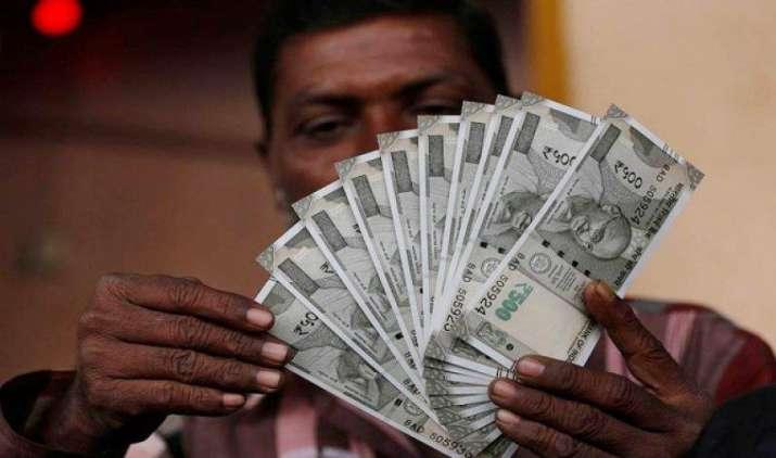 एक अमेरिकी डॉलर के मुकाबले भारतीय रुपया शुक्रवार को 4 पैसा मजबूत होकर 64.11 पर खुला- India TV Paisa