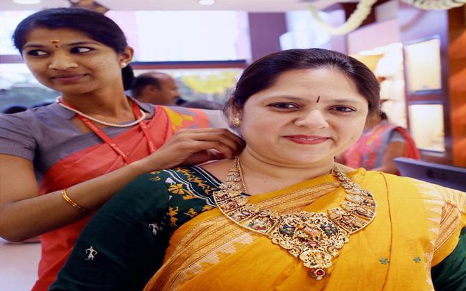 अक्षय तृतीया की खरीद से बढ़ी सोने की कीमत, चांदी में आई 200 रुपए की गिरावट- India TV Paisa