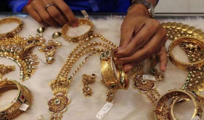 सोने में ग्लोबल कमजोरी के बावजूद घरेलू बाजार में तेजी, चांदी की कीमतों में 300 रुपए की उछाल- IndiaTV Paisa