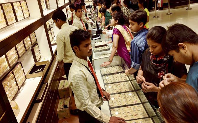 तीन दिन में 400 रुपए सस्ता हुआ सोना, 40 हजार के नीचे फिसली चांदी- IndiaTV Paisa