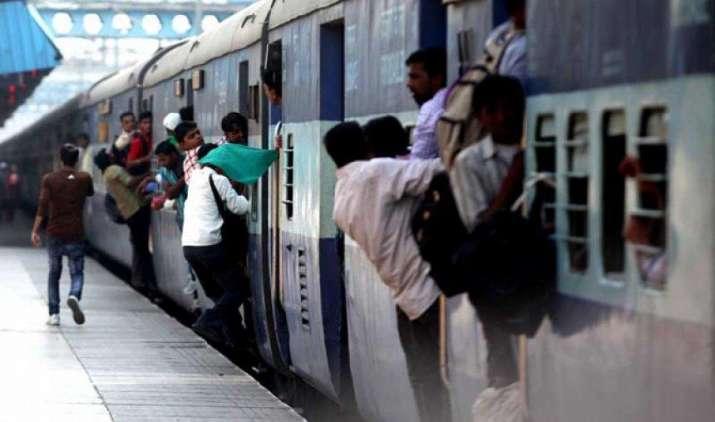 ट्रेन सफर 10 फीसदी तक होगा महंगा, किराया बढ़ाने के इन पांच तरीकों पर प्रभु कर रहे हैं विचार- IndiaTV Paisa