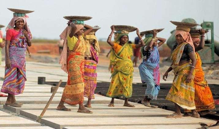 MNREGA के तहत काम करने वालों की बढ़ी मजदूरी, कमाई बढ़ाने पर फिर से काम करेगी सरकार- IndiaTV Paisa