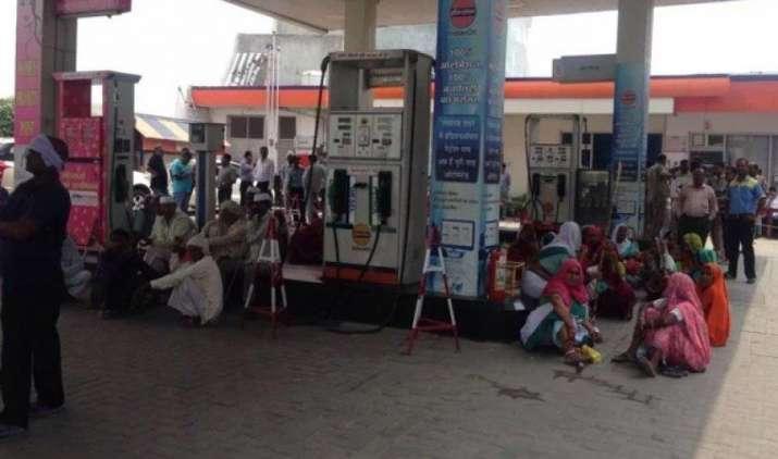 पेट्रोल पंप डीलर्स ने शुक्रवार को हड़ताल पर जाने का फैसला लिया वापस, तेल कंपनियों की चेतावनी का हुआ असर- IndiaTV Paisa