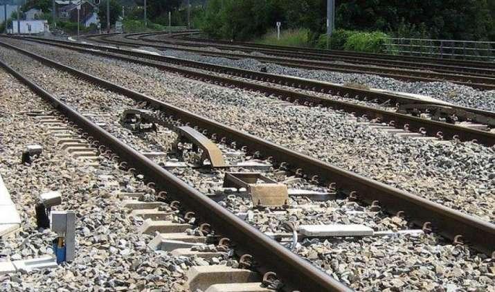 रेल गाडि़यों के पटरी से उतरने पर रोक के लिए रेलवे तलाशेगा नई टेक्नोलॉजी वाली संभावनाएं- IndiaTV Paisa