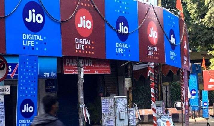 रिलायंस जियो ने 4G VoLTE फीचर फोन निर्माण के लिए Intex को बनाया पार्टनर, अगस्त में होगा लॉन्च- India TV Paisa