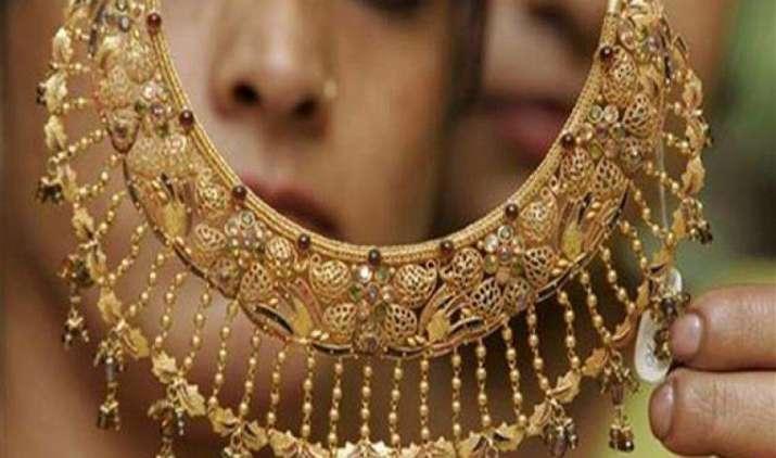 एक महीने में सोना 700 रुपए/10 ग्राम हुआ सस्ता, चांदी में आई 3,000 रुपए से अधिक की गिरावट- IndiaTV Paisa