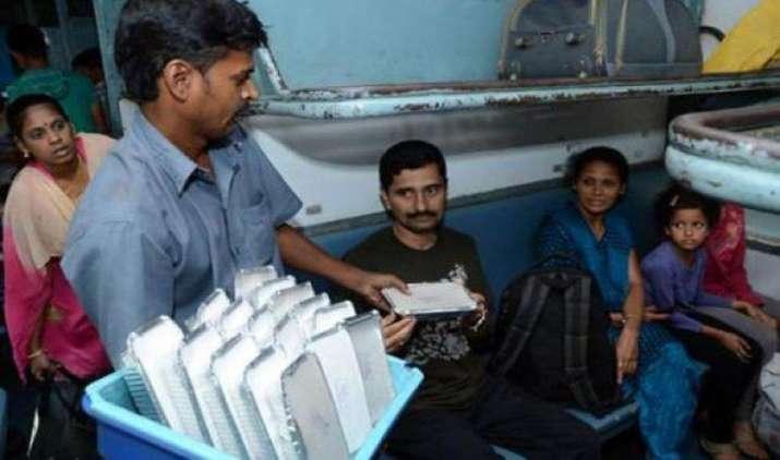 रेल में मिलने वाले खाने की सुधरेगी क्वालिटी, साल के अंत तक सभी ट्रेनों में कैटेरिंग सर्विस की जिम्मेदारी होगी IRCTC के पास- India TV Paisa