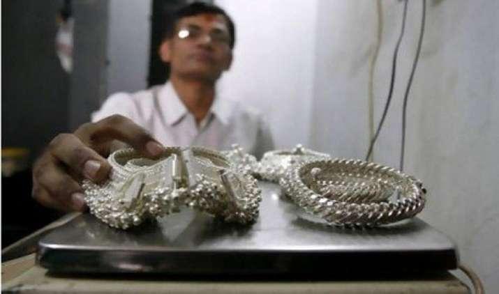 चांदी में 1335 रुपए की भारी गिरावट, कमजोर वैश्विक संकेतों से सोना भी हुआ सस्ता- India TV Paisa