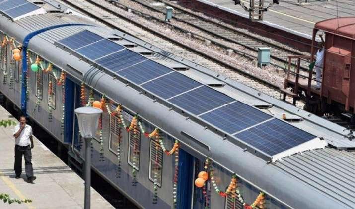 देश में दौड़ी सौर्य ऊर्जा से चलने वाली पहली सोलर ट्रेन, स्वच्छ व हरित ऊर्जा से बचेंगे हर साल 700 करोड़ रुपए- IndiaTV Paisa