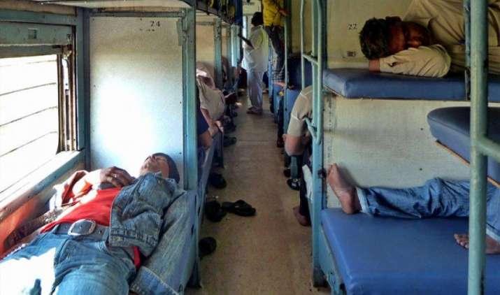 रेलवे ने घटाई रिजर्व्ड बर्थ पर सोने की अवधि, अब रात 10 बजे से सुबह 6 बजे तक ही ले सकेंगे चैन की नींद- IndiaTV Paisa