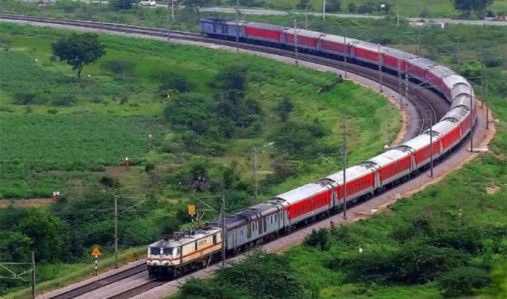 ट्रेन हुई लेट तो SMS से मिल जाएगी सूचना, राजधानी और शताब्दी के यात्रियों के लिए रेलवे ने शुरू की सुविधा- India TV Paisa