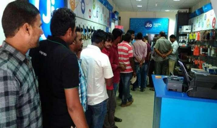 Jio का प्राइम मेंबर्स के लिए ट्रिपल कैशबैक ऑफर, 399 के रीचार्ज पर मिलेंगे 2,599 रुपए तक वापस- India TV Paisa