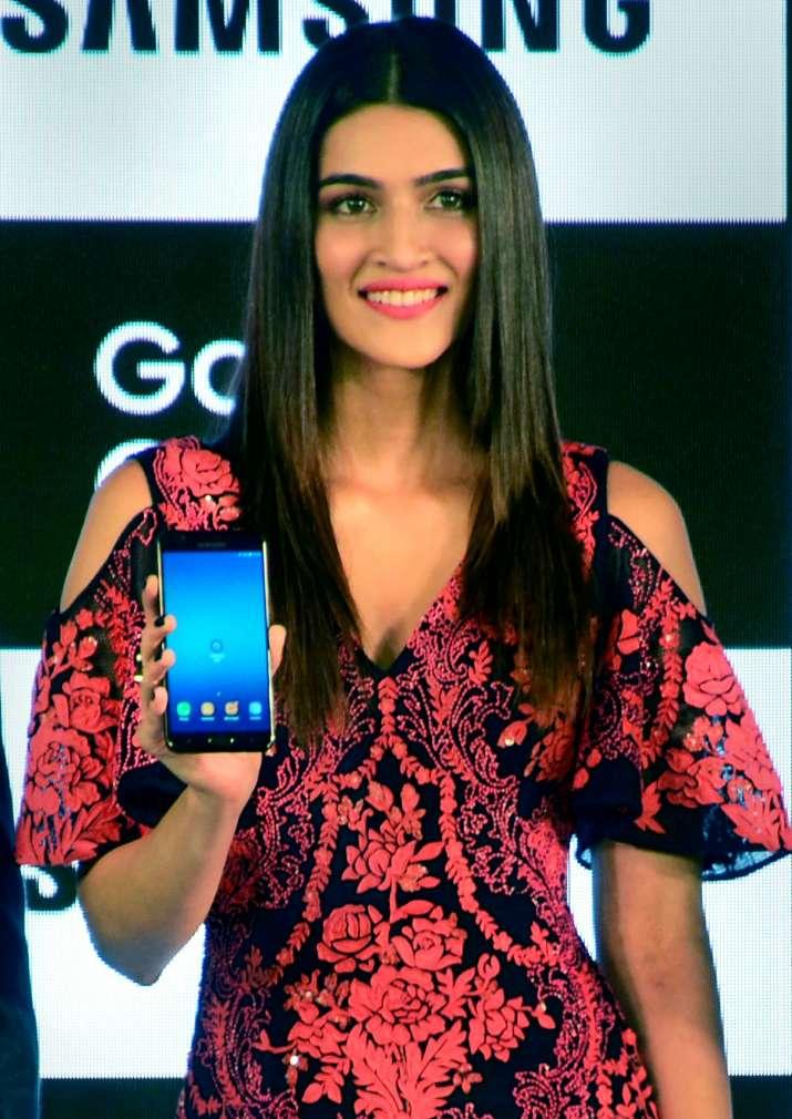 अभिनेत्री कृति सेनन बुधवार को नई दिल्ली में आयोजित एक कार्यक्रम में सैमसंग गैलेक्सी ऑन7 प्राइम को - IndiaTV Paisa