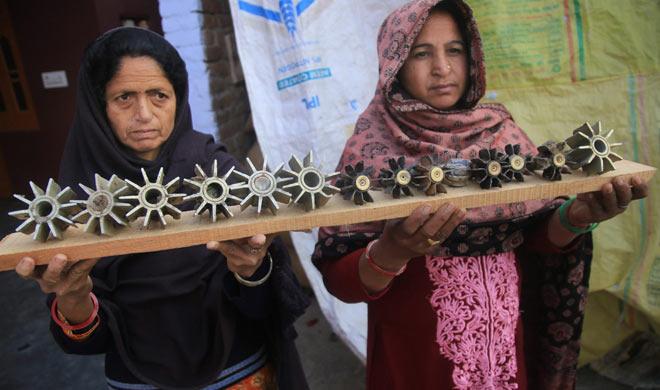 Women show mortar shells - India TV