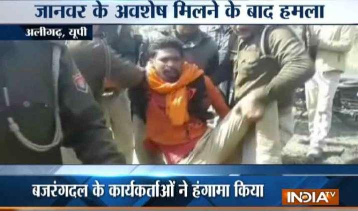 Bajranj-Dal-and-police-clash-over-animal-meat-remain-in-Aligarh- Khabar IndiaTV
