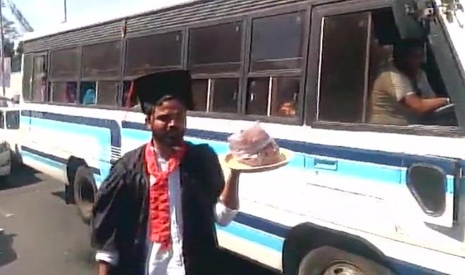 Students of a college seen selling pakora in Bengaluru- India TV