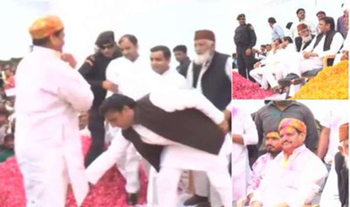 Akhilesh-touches-uncle-Shivpal-s-feet-seeks-his-blessings-on-Holi- India TV