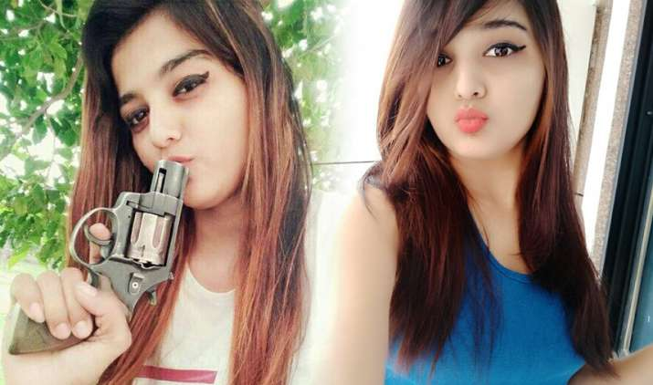 Gujarat-Woman-Asmita-Gohil-brandishing-billhook-in-Surat-arrested- India TV