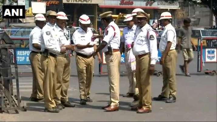 ट्रैफिक पुलिस के...- India TV