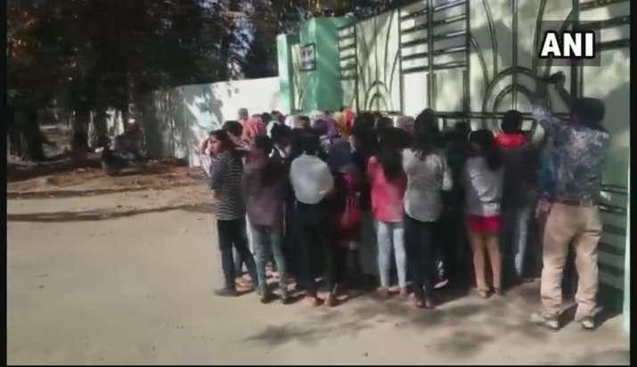 हॉस्टल के गेट पर...- India TV