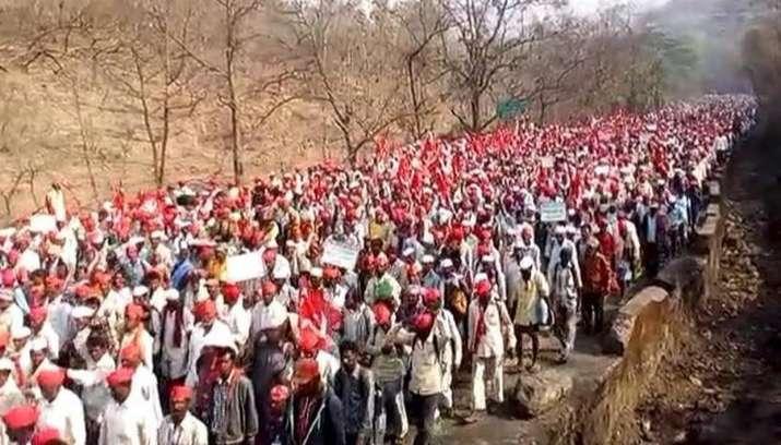 Around-30000-Maharashtra-farmers-continue-march-from-Nashik-to-Mumbai- Khabar IndiaTV