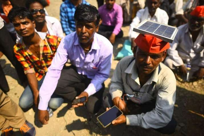 Maharashtra-Farmers-Protest-Farmers-use-solar-panels-to-charge-their-mobiles- India TV