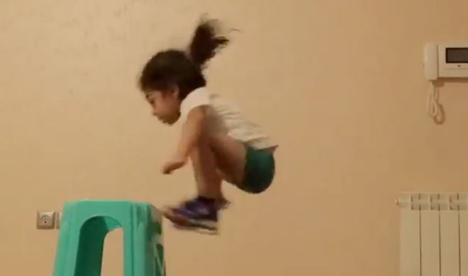 Viral video of a small girl trying to climb on a stool- Khabar IndiaTV