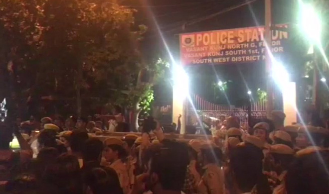 Clash broke out between police students of JNU in front of...- India TV