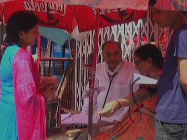 फुटपाथ पर मुफ्त इलाज...- India TV