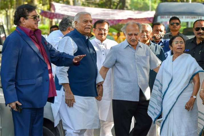 Mamta Banerjee with BJP leaders- India TV