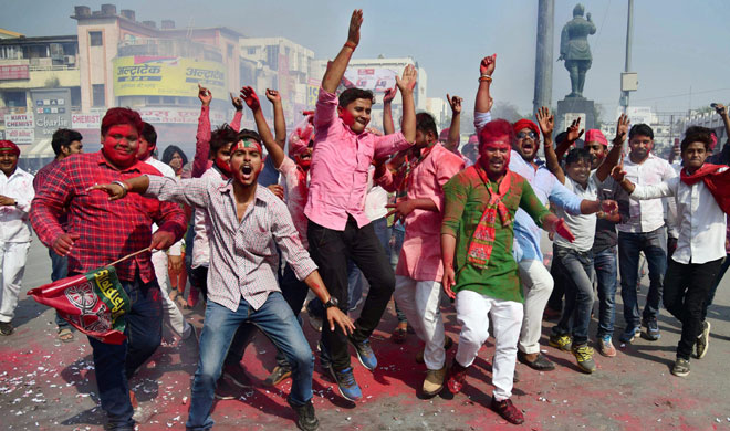 Samajwadi party workers celebrate their party success - India TV