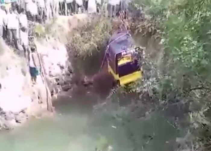 an auto carrying 14 passengers fell into a well in...- India TV
