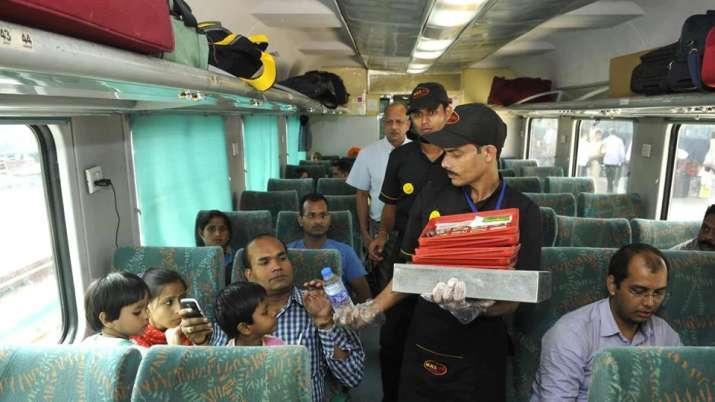 cashless in train - IndiaTV Paisa