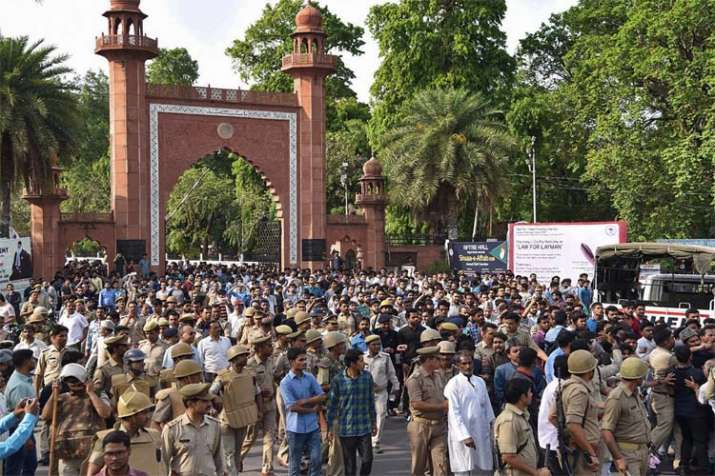 Police lob teargas shells to disperse mob of AMU students - India TV
