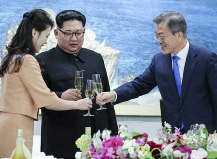 Kim Jong Un shoves photographer out of way of wife- India TV