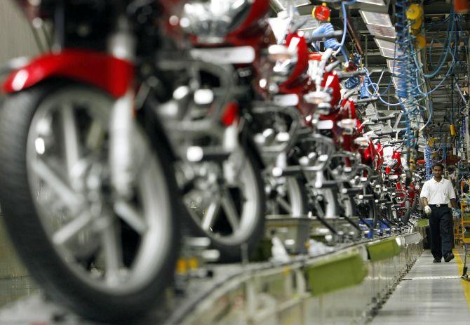 Bajaj Auto selling 11000 bikes in a day- India TV Paisa